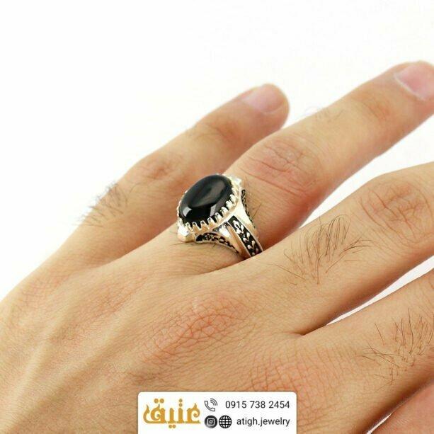 انگشتر عقیق سیاه معدنی مردانه دور چنگ سیاه قلم طرح گلستان