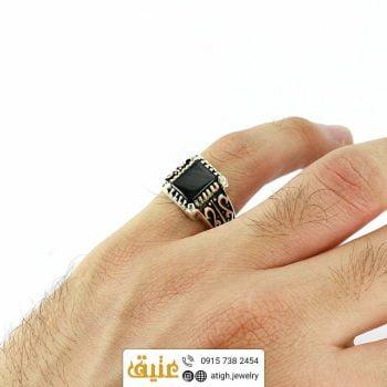 انگشتر نقره انیکس(عقیق سیاه) طبیعی مربعی مردانه سبک اسلیمی سیاه قلم | سایت جواهری عتیق: atigh.jewelry