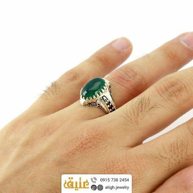 انگشتر عقیق سبز اصل مردانه دور چنگ سیاه قلم طرح گلستان